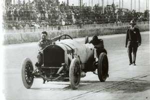 indycar-indy-500-1912-ralph-depalma-push-his-car