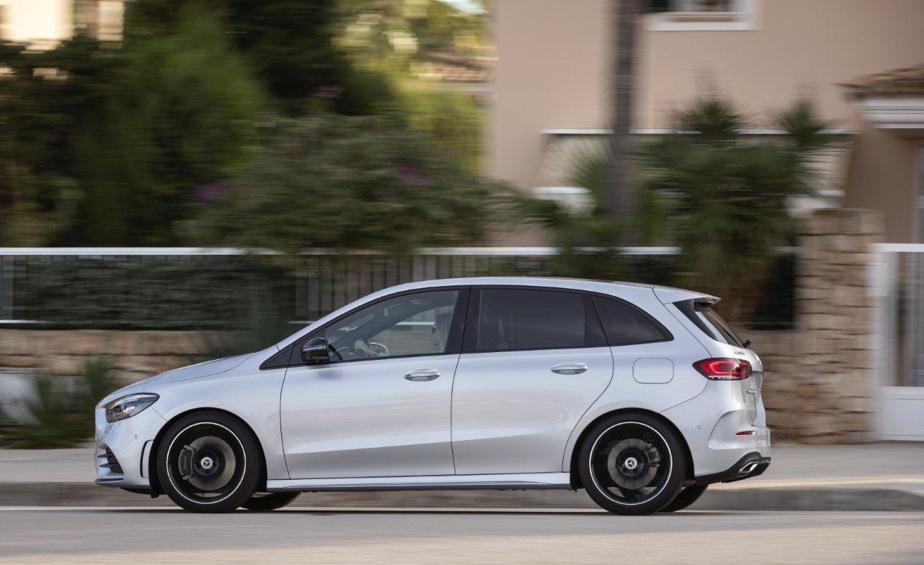 Mercedes-Benz B 200 d, AMG Line, Mercedes-Benz B 200 d, AMG Line, iridium silver; AMG Line; Man-made leather ARTICO/microfiber DINAMICA black;fuel consumption combined 4.5-4.2 l/100 km, CO2 emissions combined 119-112 g/km*