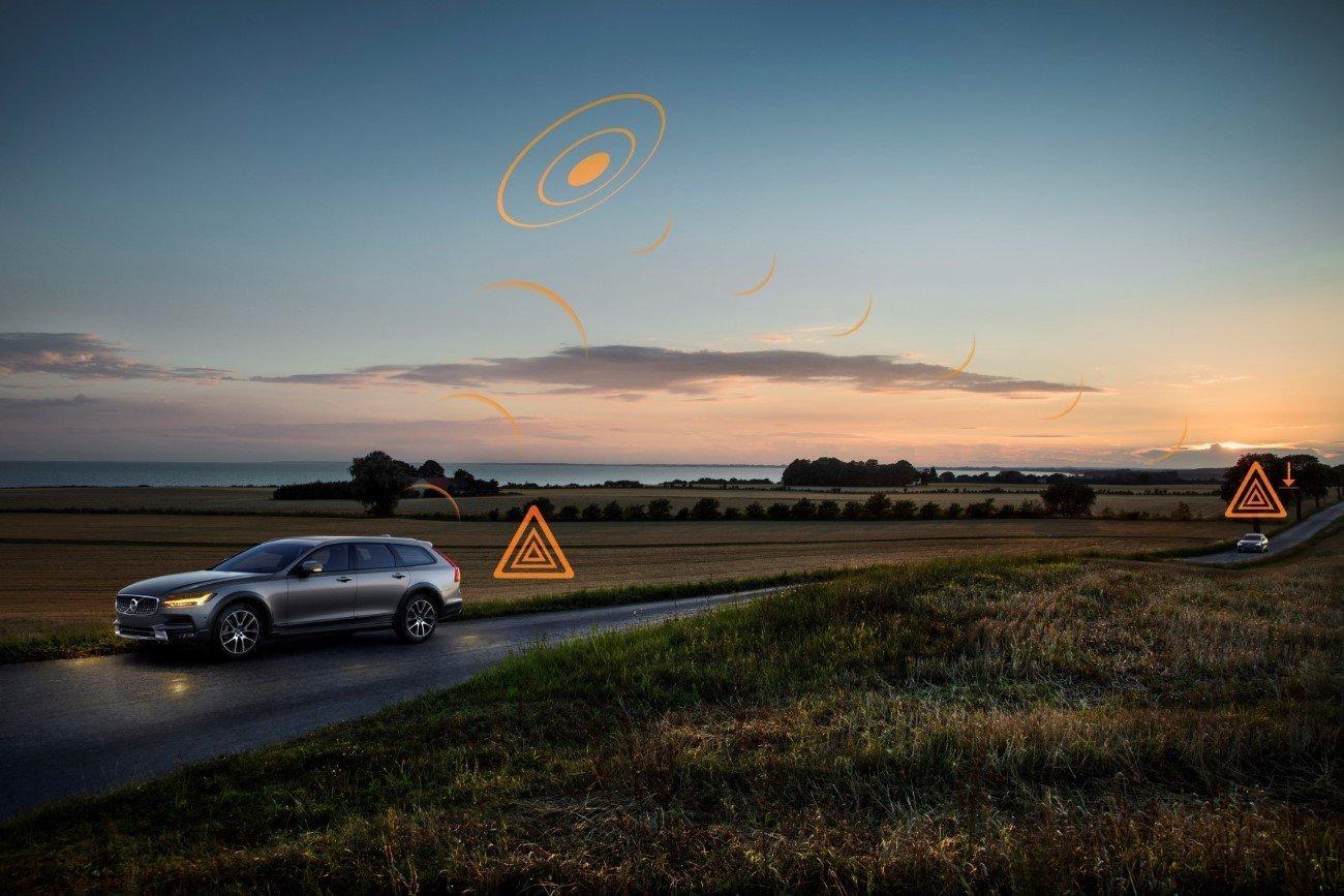 Hazard Light Alert demonstration on V90 Cross Country