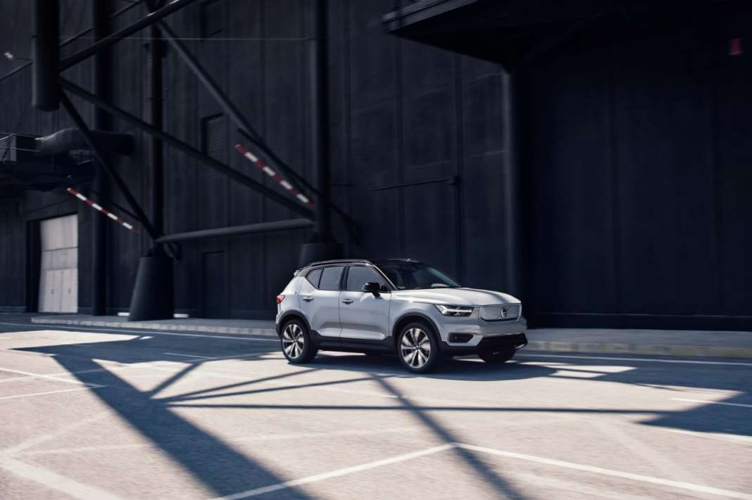Volvo XC40 Recharge P8 AWD in Glacier Silver,